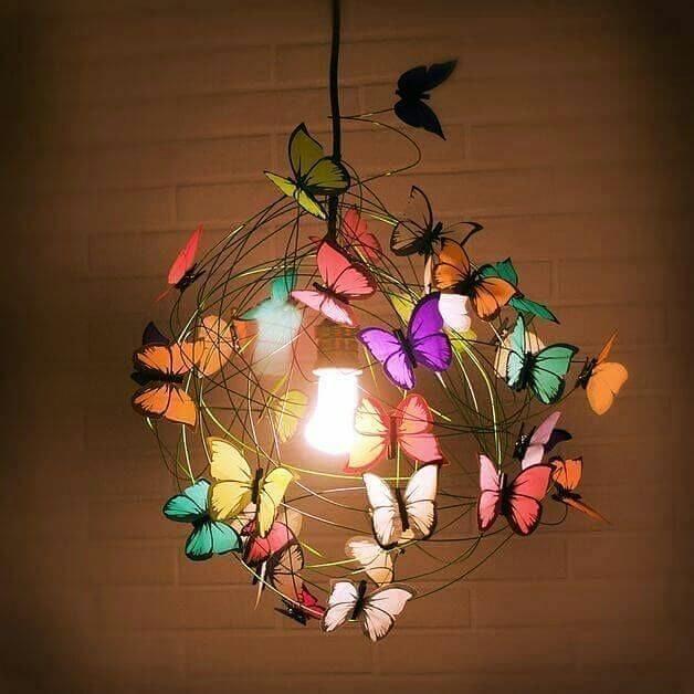 Borboletas de papel coloridas no lustre do quarto