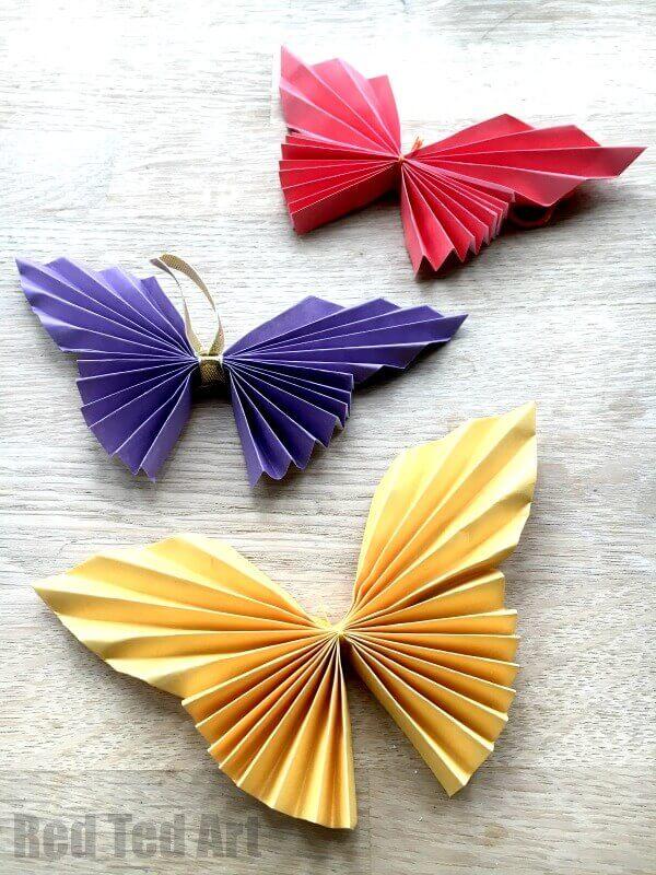 Borboletas de papel coloridas e dobradas