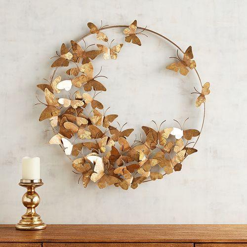 Borboletas de papel douradas na decoração da sala de jantar