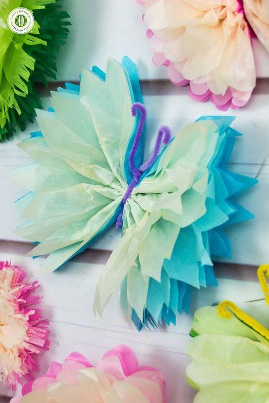 Borboletas de papel crepom de diferentes cores para usar na decoração de festa