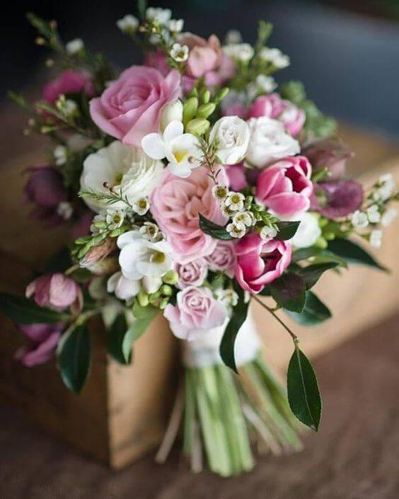 Buquê de flores de casamento com tulipas e rosas