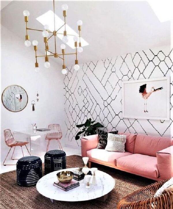 Sala de estar com luminária criativa e sofá rosa