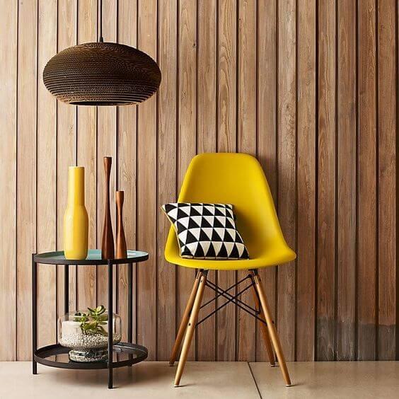 cadeira colorida de plástico amarela