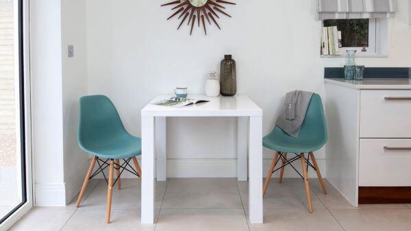 cadeiras de plástico coloridas