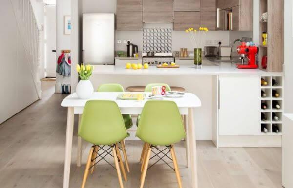 Cadeira de plástico colorido verde para a cozinha
