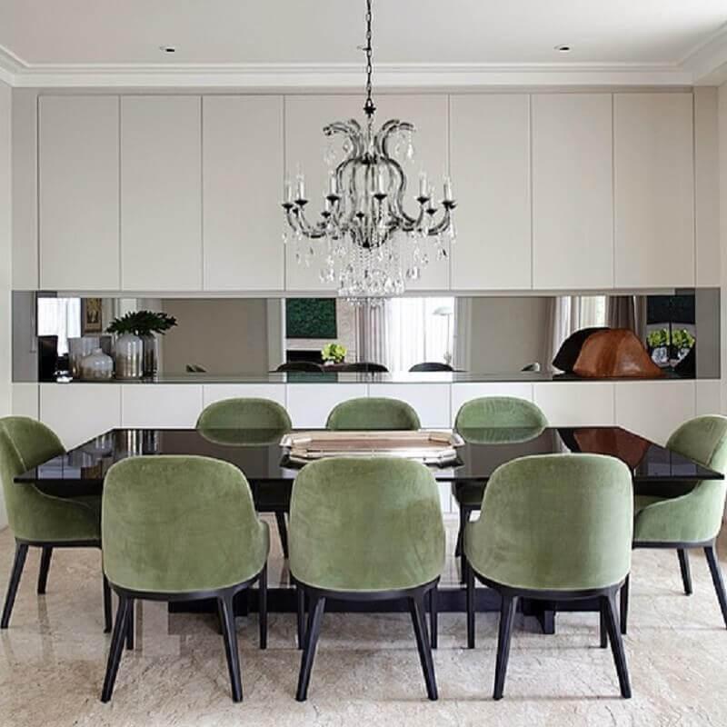cadeira estofada verde musgo para sala de jantar sofisticada com lustre candelabro Foto Paula Magnani
