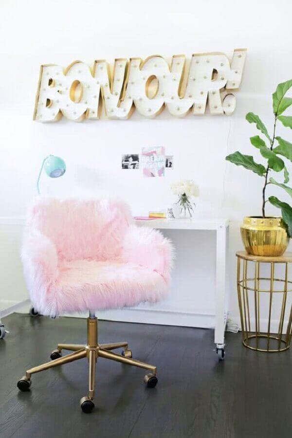 cadeira giratória rosa de pelinhos Foto Homedit