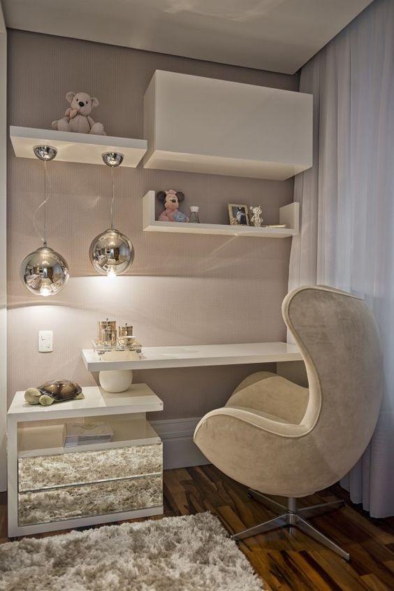Cadeira estofada para quarto com detalhes lindos