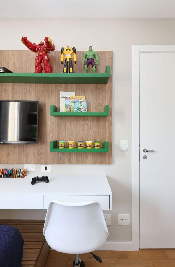 Mesa de estudos no quarto infantil