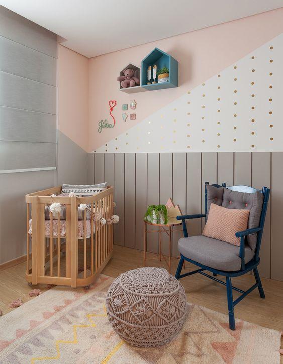 Cadeira para quarto azul com papel de parede geométrico