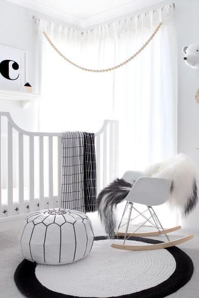 Cadeira para quarto de bebê neutro em preto e branco