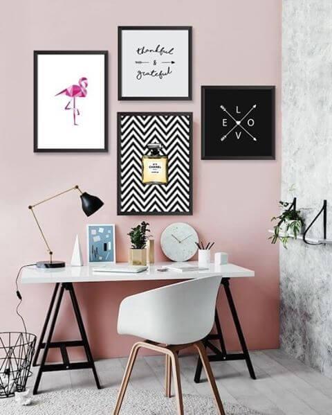Cadeira para quarto feminino com quadros decorativos na decoração