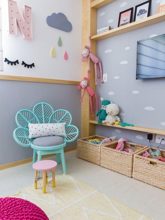 Cadeira para quarto infantil azul, próximo aos brinquedos