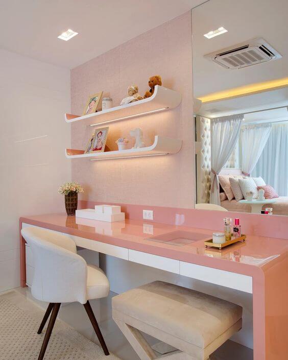 Cadeira para quarto na escrivaninha rosa e branco