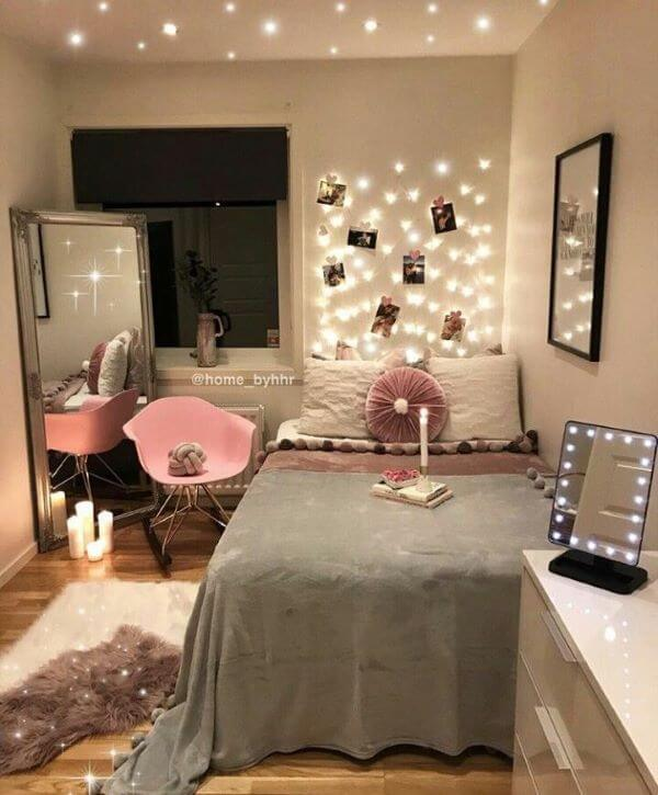 Cadeira rosa para quarto de solteira iluminado
