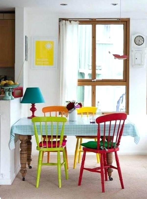cadeiras coloridas na cozinha