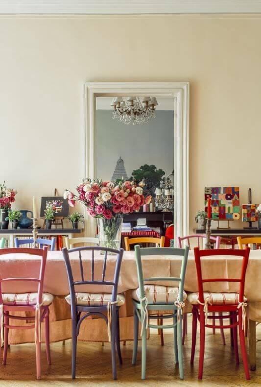 mesa com cadeiras coloridas