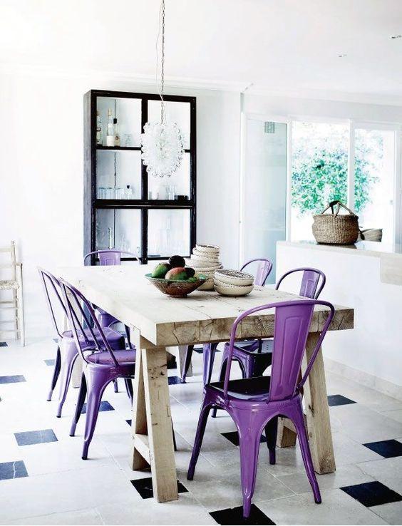 Cadeiras coloridas de ferro para mesa de madeira