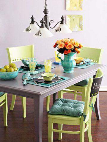 Mesa com cadeiras coloridas no tom verde