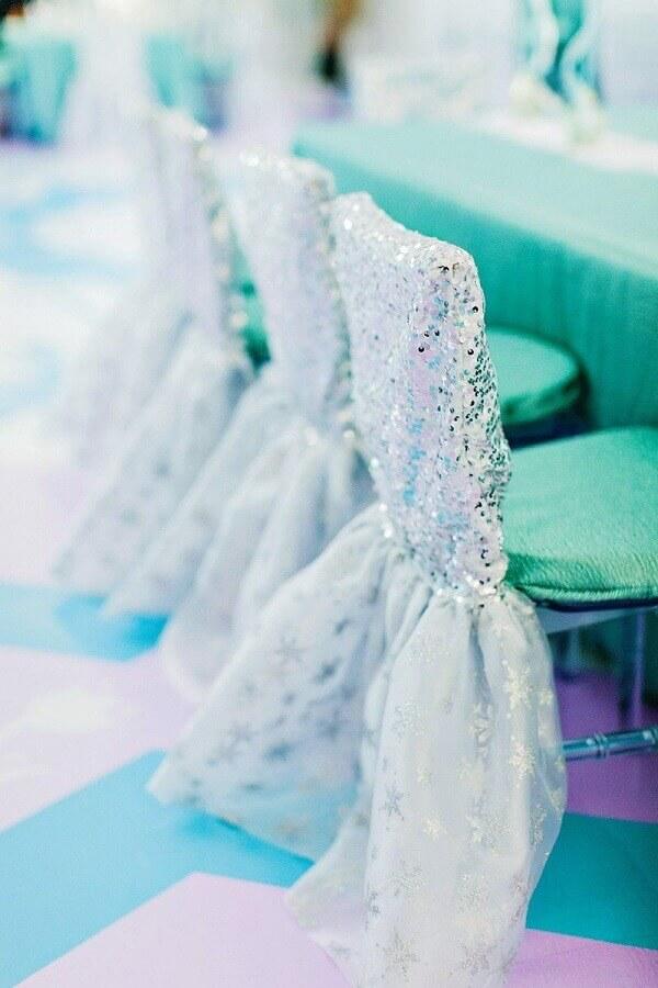 cadeiras decoradas para festa da frozen Foto Assetproject