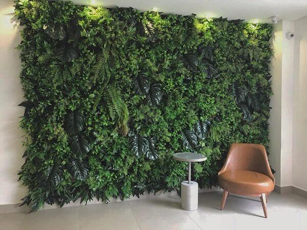 Reserve um espaço especial para estruturar um lindo jardim vertical com plantas artificiais em casa