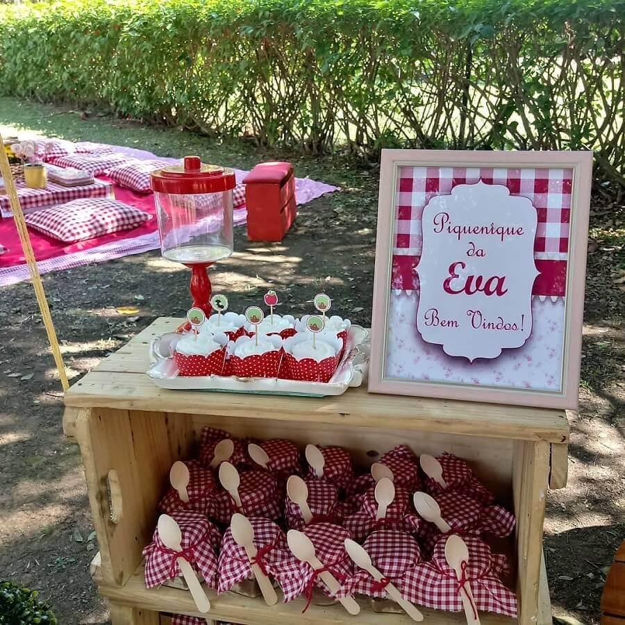 caixote de madeira com lembrancinhas para festa piquenique Foto Fernanda Sanchez