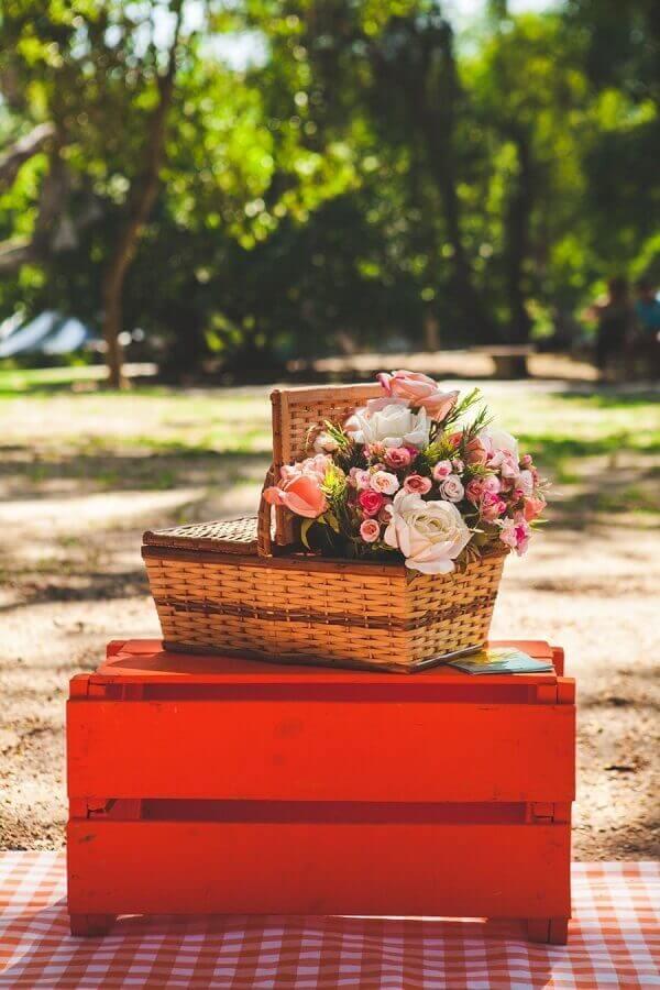 caixote de madeira e cesta de piquenique decorada com flores Foto Pinterest