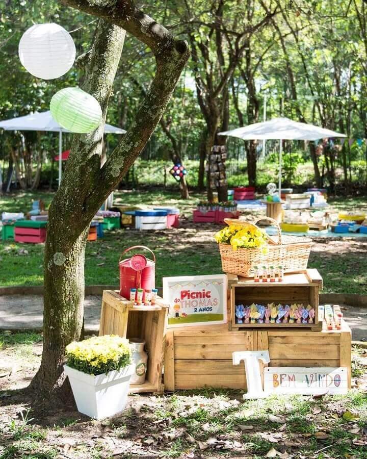 caixotes de madeira e cesto de vime para decoração de piquenique Foto Fani Luise Eventos