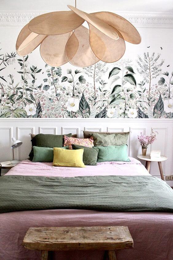 Cama arrumada com travesseiros verde