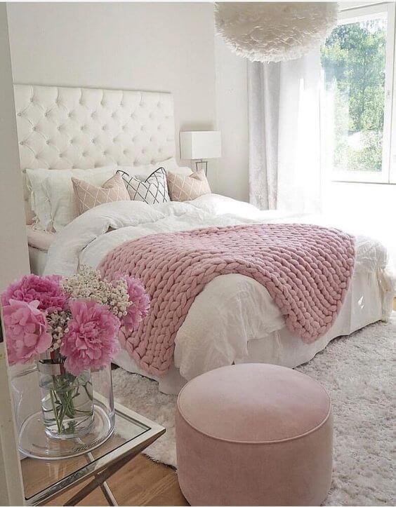 Cama arrumada com manta de crochê