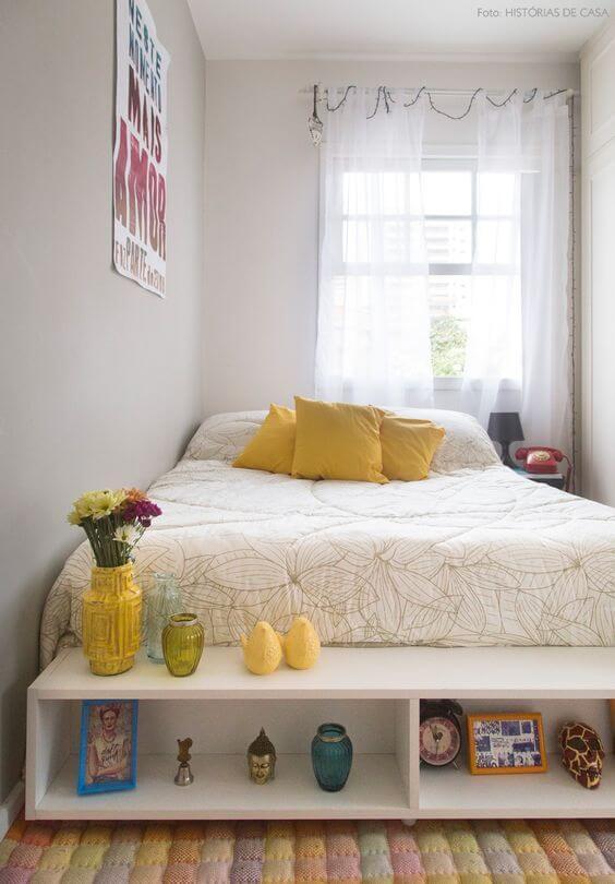 Cama arrumada com detalhes em amarelo