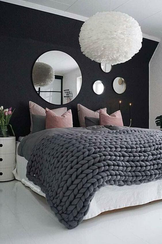 Cama arrumada e moderna com lindo lustre
