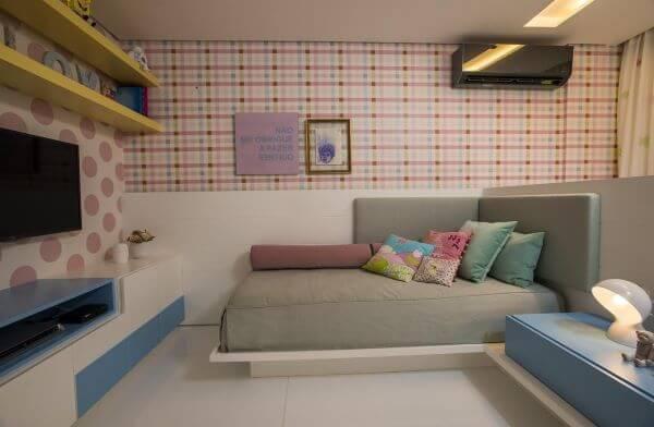Cama arrumada com travesseiros coloridos