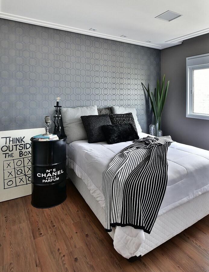 cama box solteiro para quarto simples decorado com papel de parede cinza e tonel decorativo Foto Tetriz Arquitetura