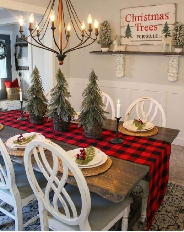 chess table path and small pine trees for Christmas table decoration Photo Elle Decor