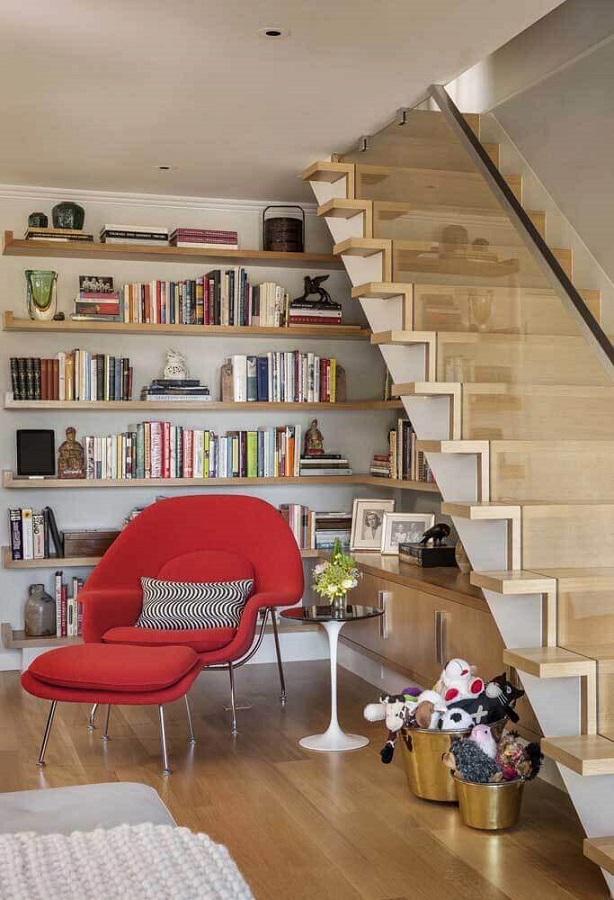 cantinho de leitura decorado com poltrona vermelha com puff Foto Home Fashion Trend