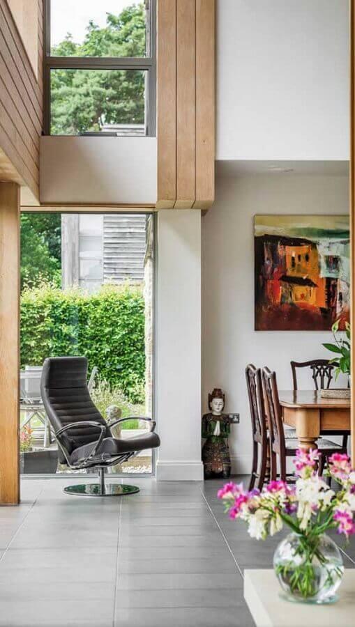 casa decorada com cadeira giratória com braço Foto Pinosy