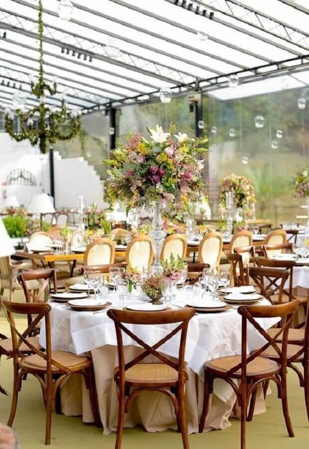 casamento no campo de dia decorado com arranjos de flores grandes Foto Assetproject