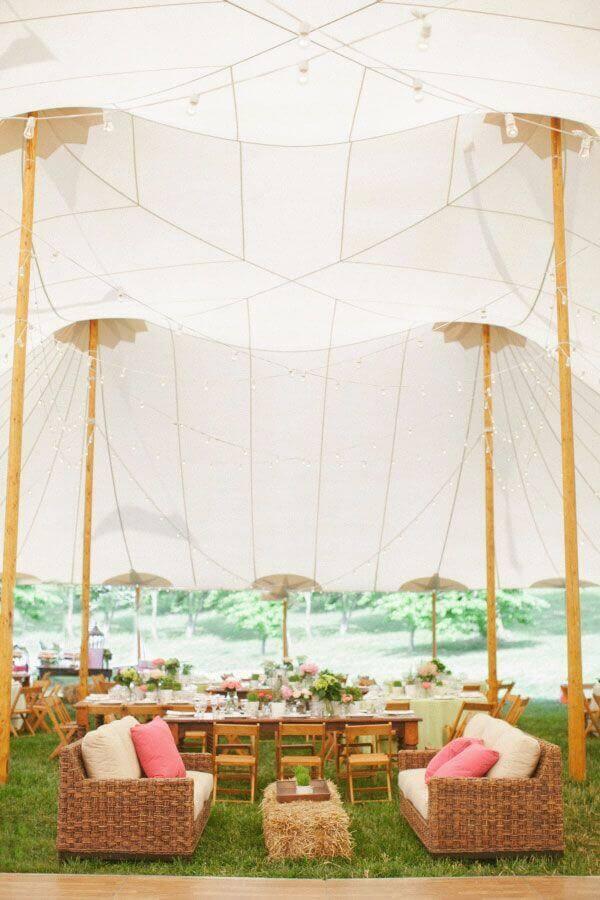 casamento no campo de dia decorado com tenda branca grande Foto HappyWedd