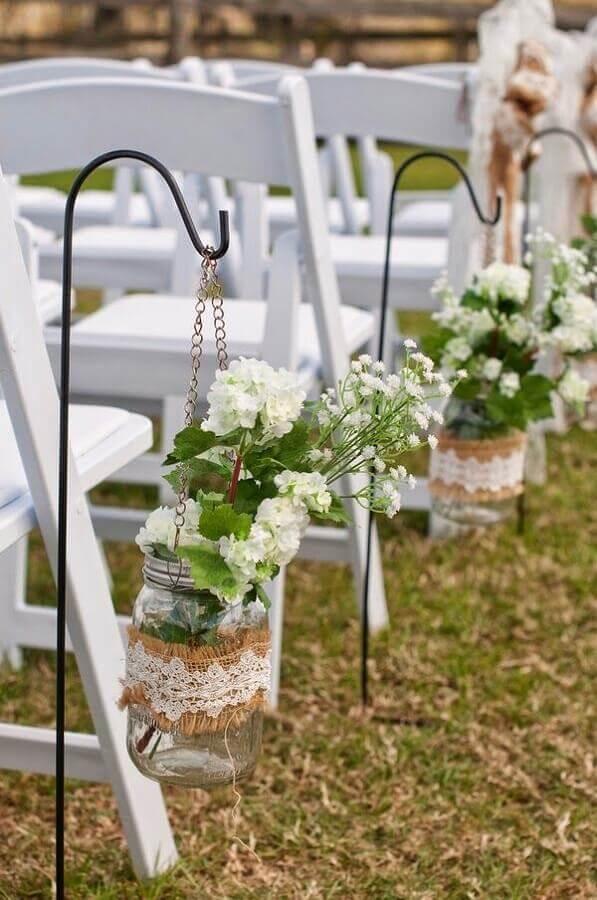 casamento no campo decorado com vasinho de vidro presos nas cadeiras Foto Wohh Wedding