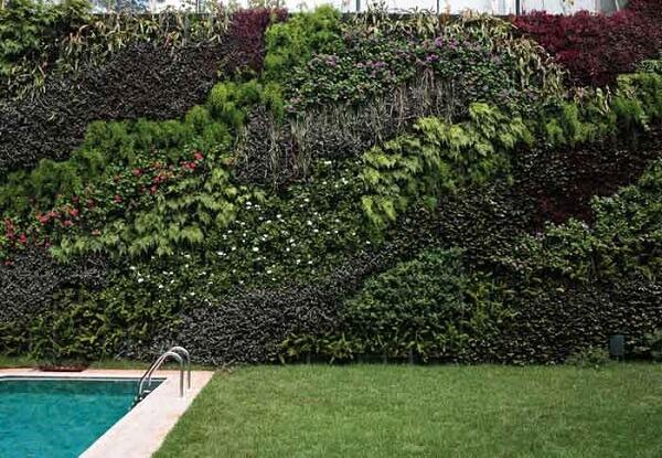 Área de lazer com piscina pode ser decorada com jardim vertical artificial