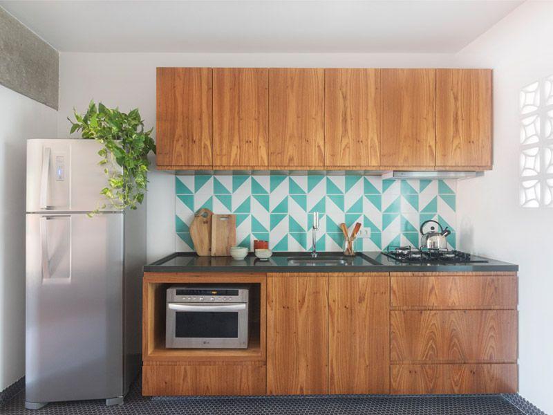 cerâmica para parede - armário em marcenaria, parede de azulejo e planta