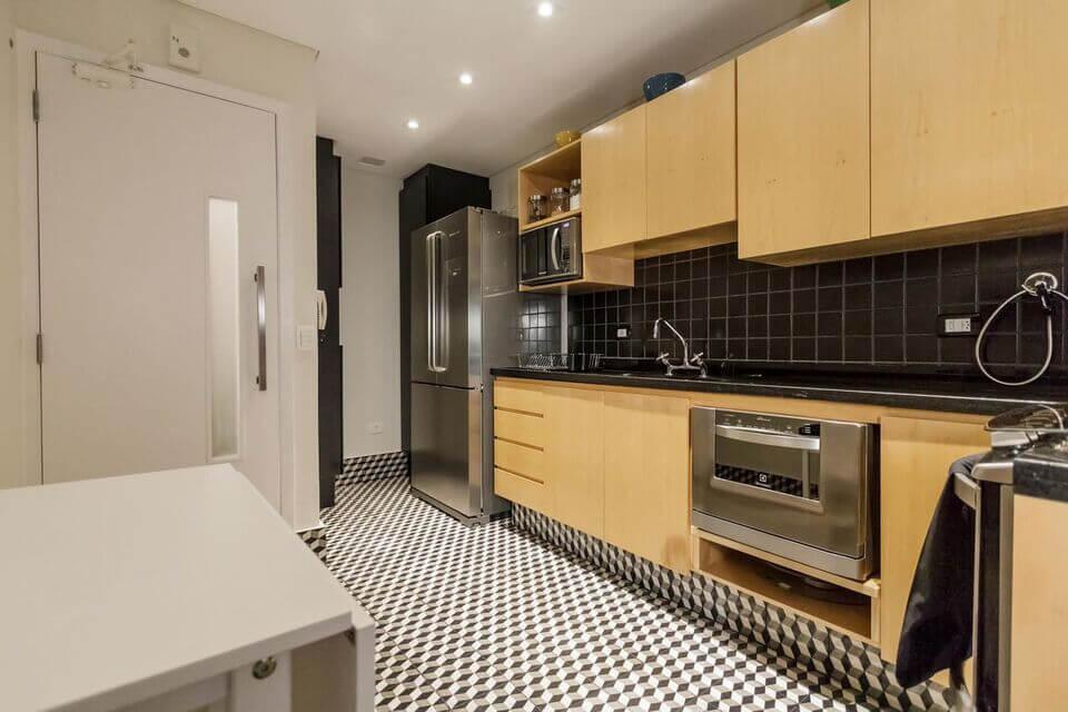 cerâmica para parede - armário marfim, bancada preta e piso de azulejo
