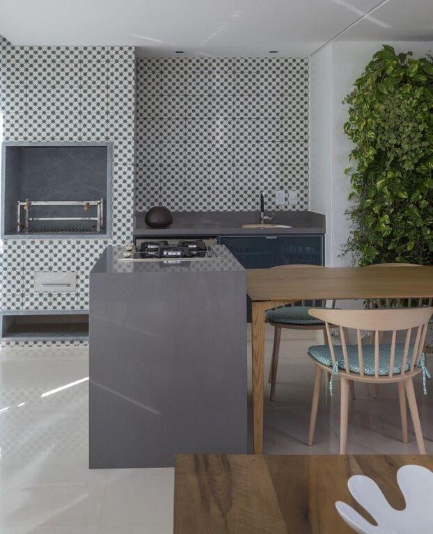 cerâmica para parede - bancada com fogão e cadeiras de madeira clara