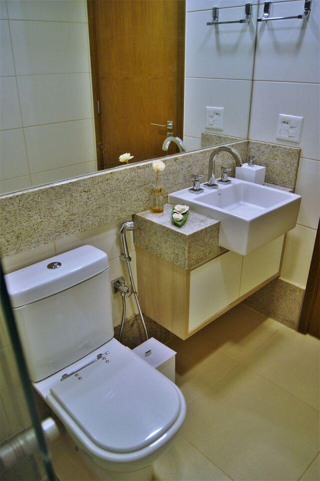 cerâmica para parede - bancada de granito, parede de azulejo e espelho