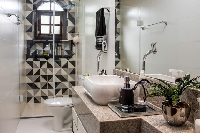 cerâmica para parede - banheiro com azulejo preto e banco geométrico