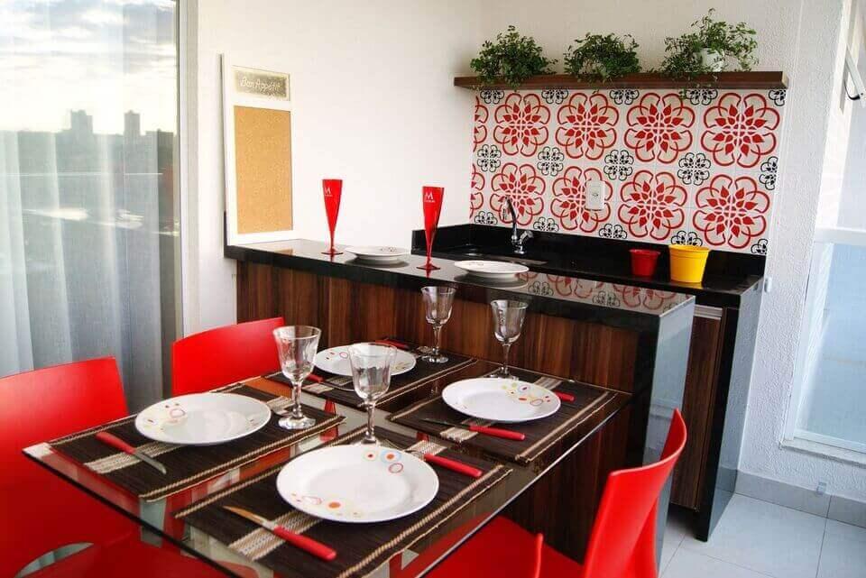 cerâmica para parede - cadeiras vermelhas, bancada preta e cortina clara