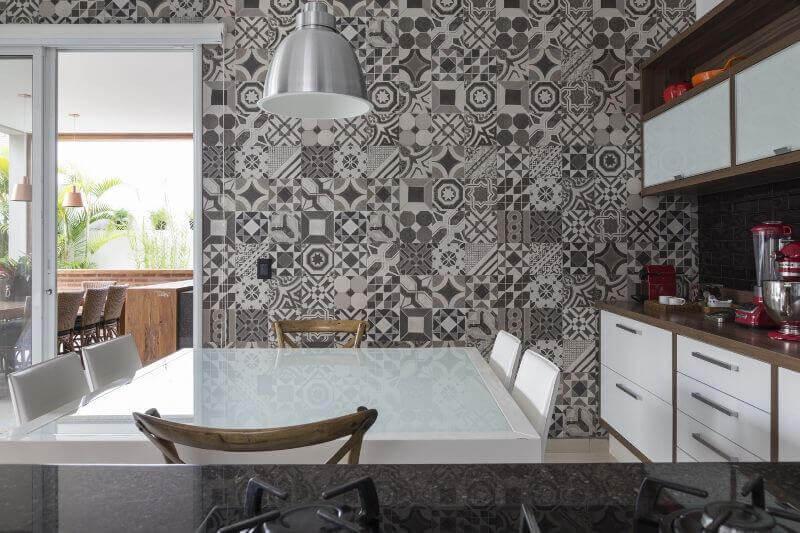 cerâmica para parede - copa com parede revestida de azulejo decorativo