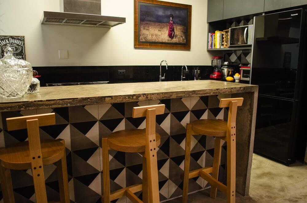 cerâmica para parede - cozinha com azulejo geométrico no balcão