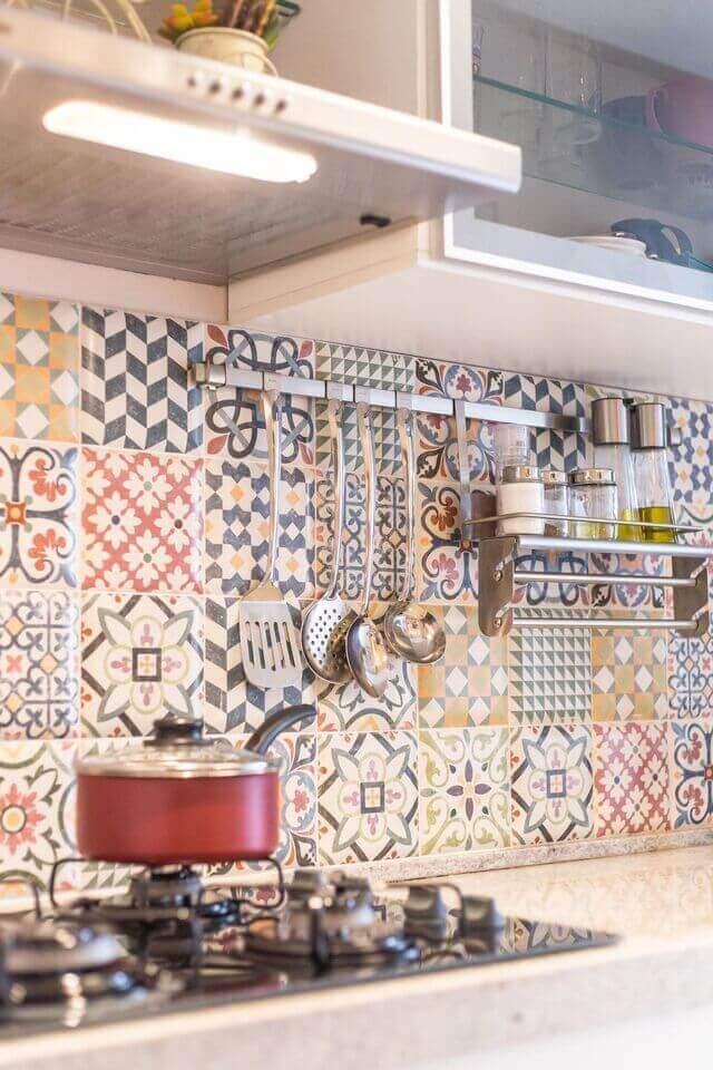 cerâmica para parede - cozinha com cooktop e azulejo decorativo